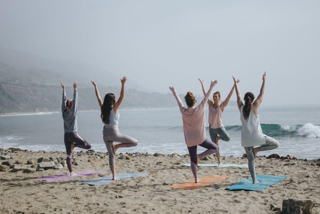 Yogalehrerin bei Yoga-Ausbildung am Strand