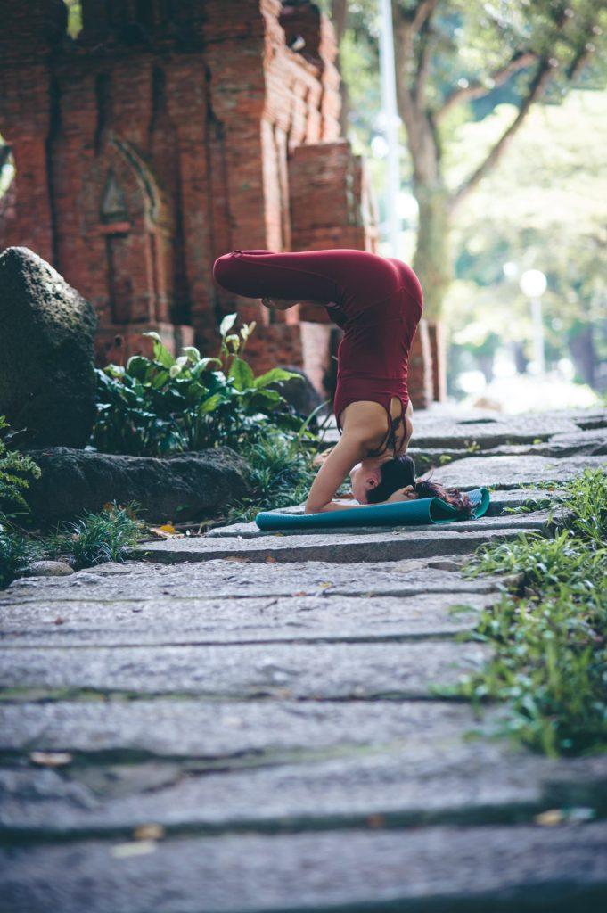 Yogaschülerin während Yogastunde