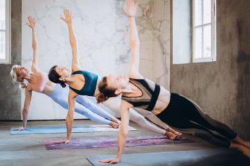 Yogaschülerinnen während Yoga-Ausbildung