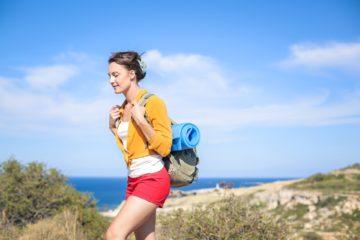 Frau während Yoga-Reise