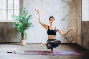 Yogalehrerin praktiziert Ypga