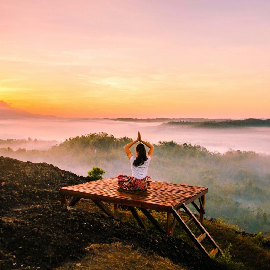 Yogalehrerin übt Yoga