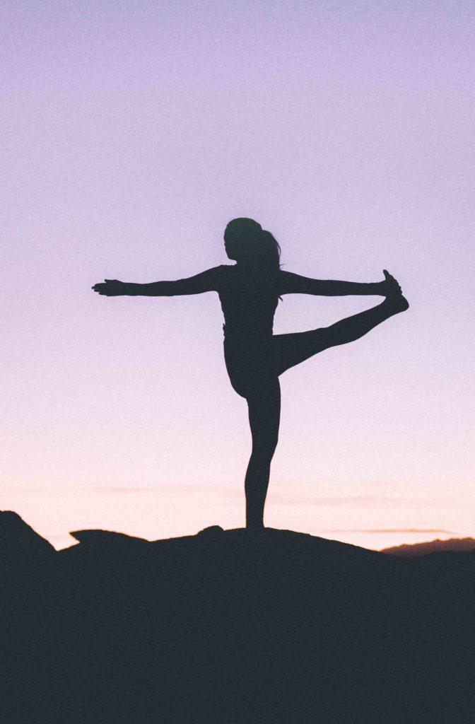 Yogalehrer übt Yoga-Asana