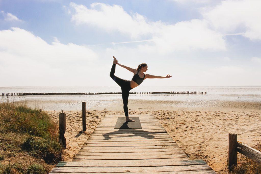 Yogaschülerin am Strand