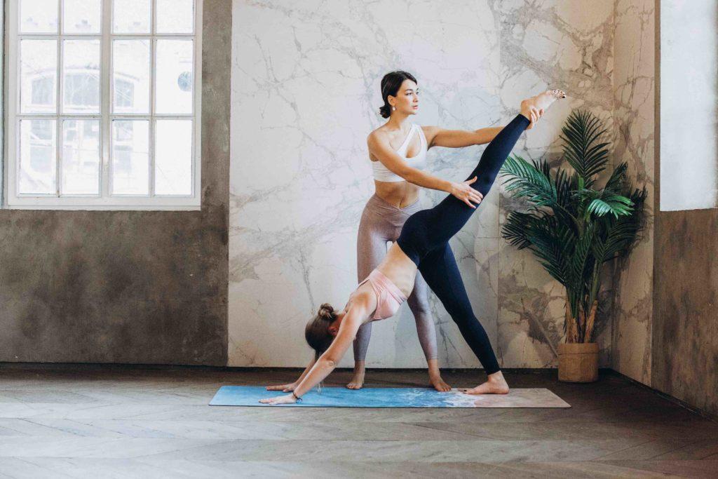 Yogalehrerin während Yoga-Ausbildung
