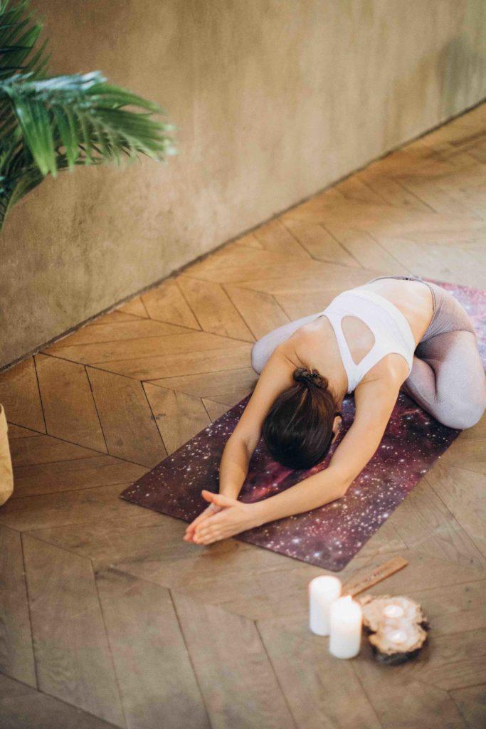 Yogaschülerin während Yogaunterricht