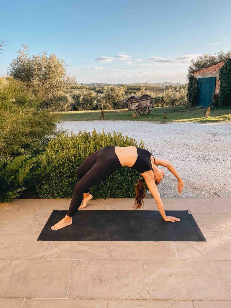 Yogalehrerin auf Yogamatte