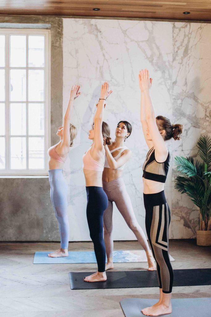 Yogalehrerin während Yogaausbildung