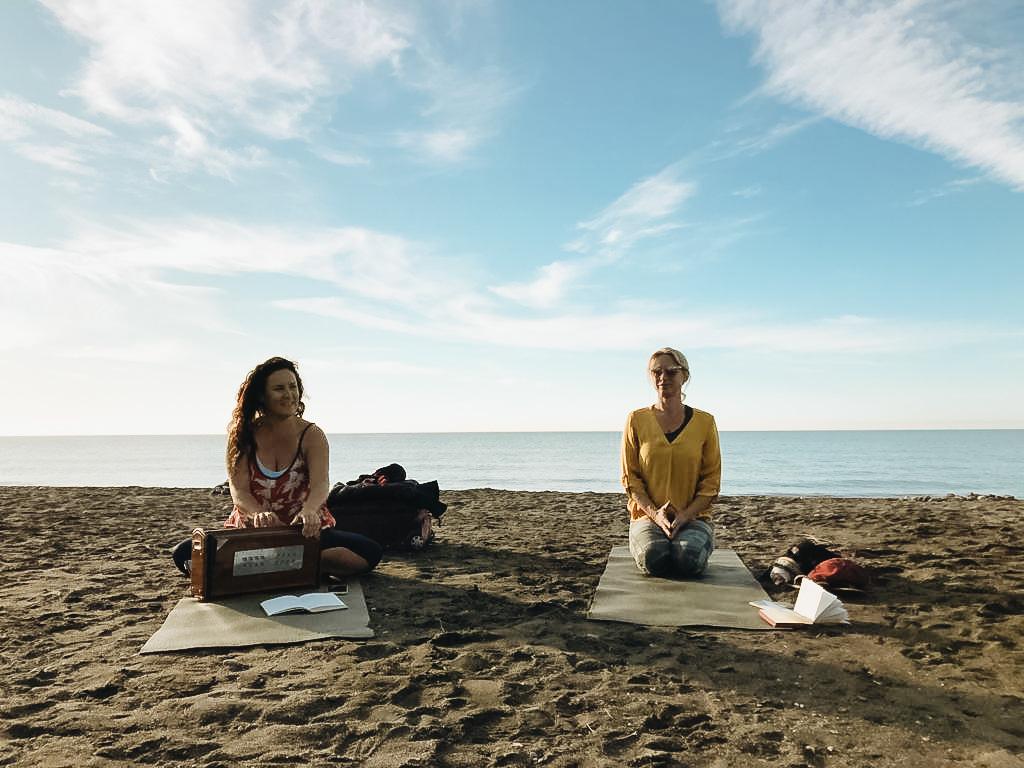 Schülerin während Yin-Yoga-Ausbildung in Andalusien