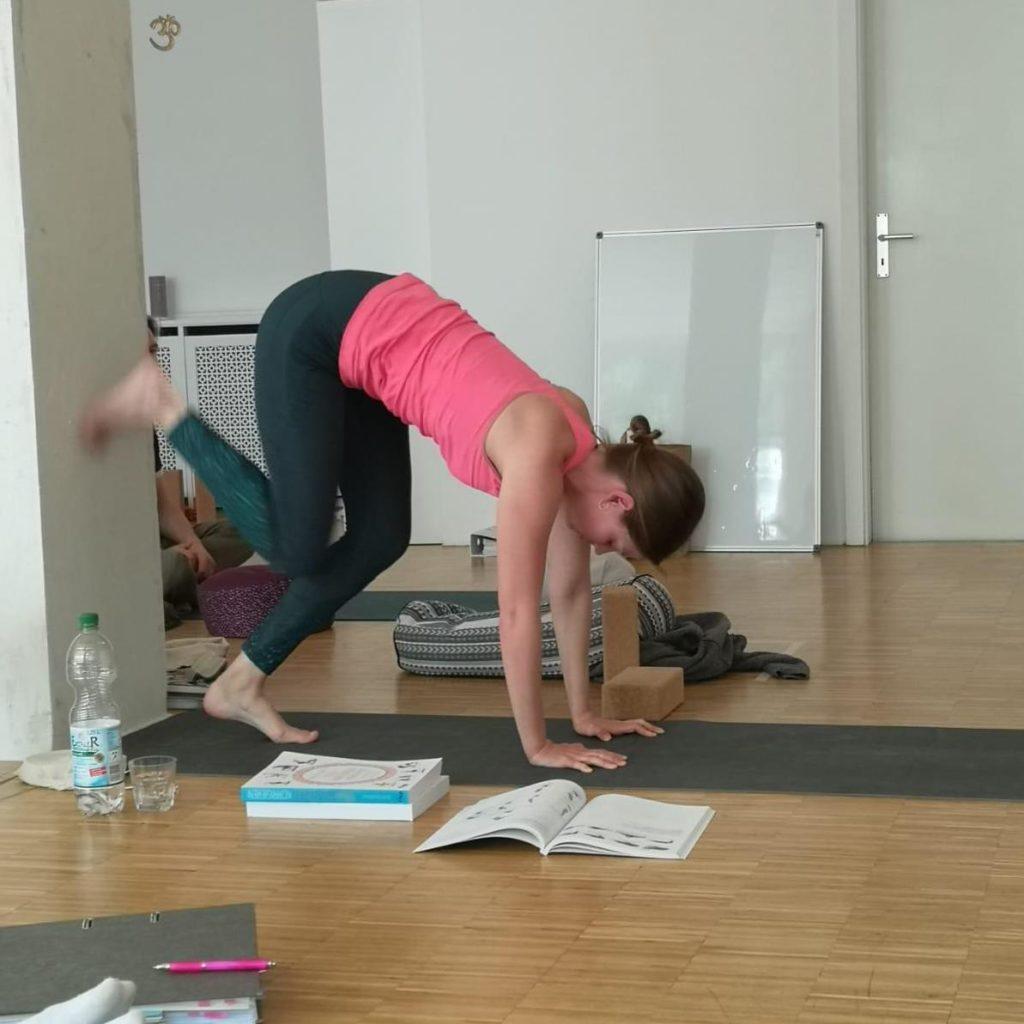Schülerin während Yoga-Ausbildung