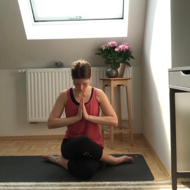 Schülerin während Yogalehrerausbildung in Hamburg