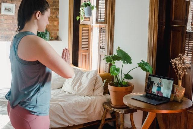 Schülerin praktiziert Yoga online